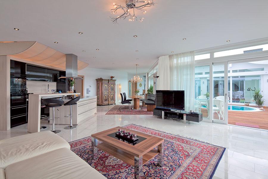 Corona i tuoi sogni con una casa in legno e vetro come questa.